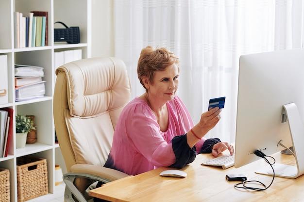 Femme de payer pour les achats en ligne