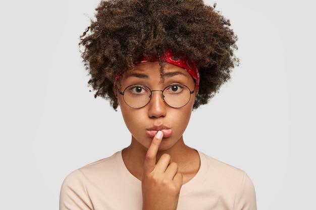 Femme à la peau foncée mécontente désespérée porte les lèvres