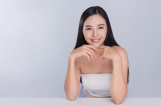 Femme de peau saine, gros plan visage belle fille