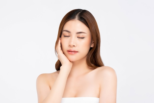 Femme peau saine, toucher doucement le visage avec la main pour le concept de beauté