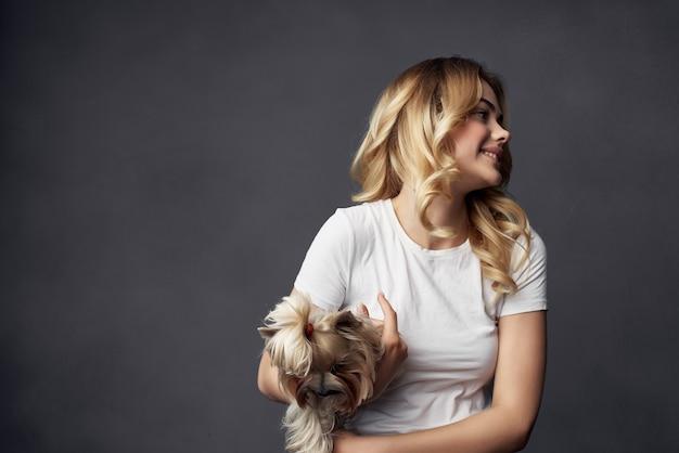 Femme pedigree chien mode mode de vie fond sombre
