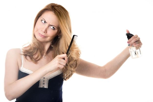 Femme peignant ses cheveux avec un diffuseur et de l'eau