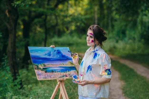 Femme peignant une toile