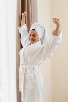 Femme, peignoir, dans, chambre hôtel
