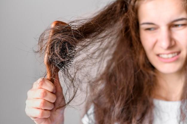 Femme, peine, brosse, cheveux