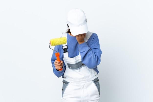 Femme peintre sur blanc isolé avec une expression fatiguée et malade