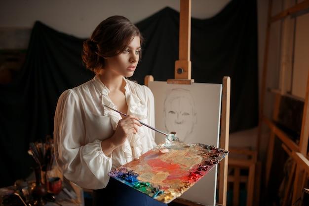 Femme peintre avec palette de couleurs et pinceau
