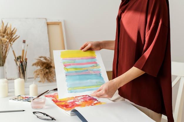 Femme peinture à l'aquarelle sur papier