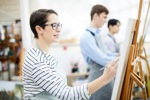 Femme peinture sur chevalet