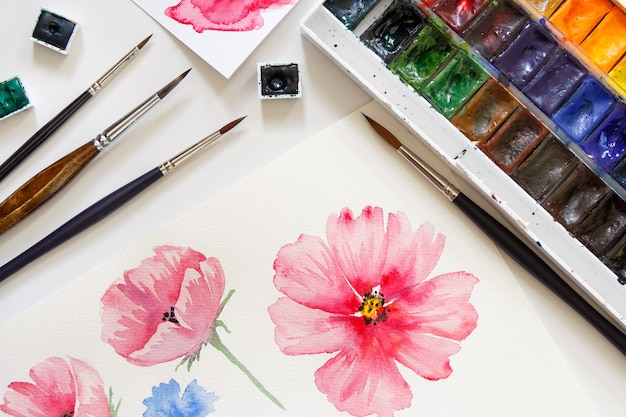 Femme peinture fleurs roses avec vue de dessus aquarelles