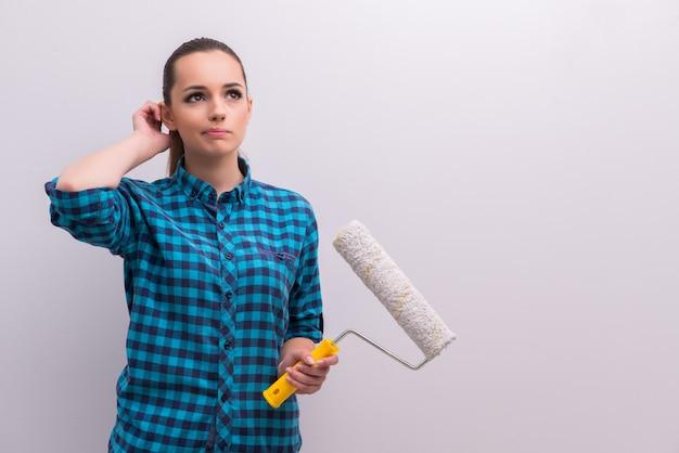 Femme peinture maison dans le concept de bricolage
