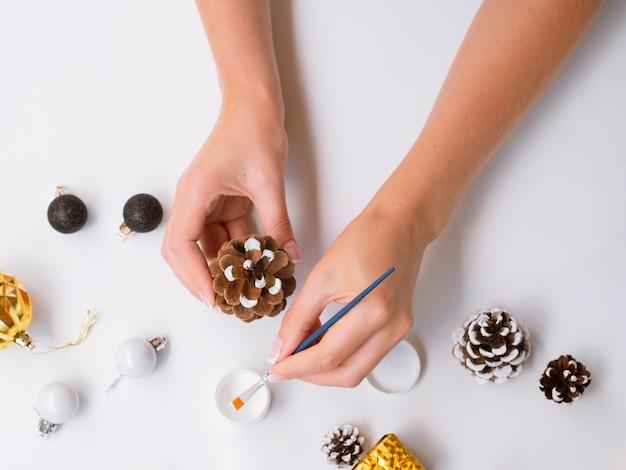 Femme, peinture, pomme pin, pour, décorations