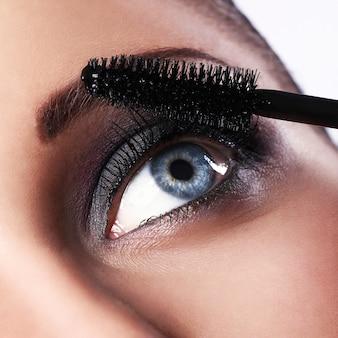Femme, pendant, maquillage
