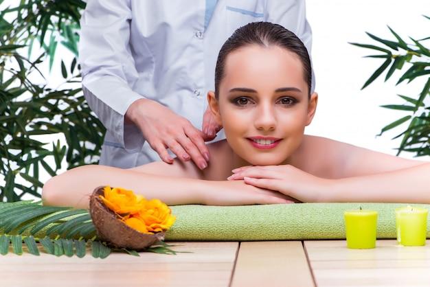 Femme pendant une séance de massage dans un salon spa