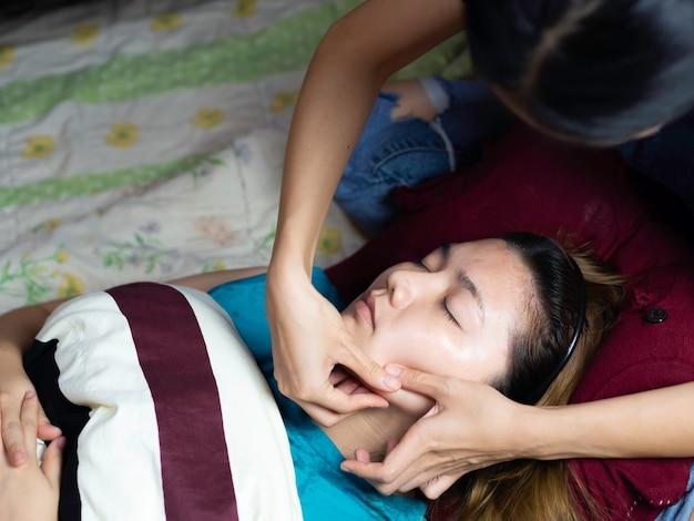 Femme pendant le spa pour des soins de la peau sains