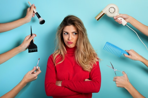 La femme pense à se maquiller et à se coiffer. concept de beauté et de mode
