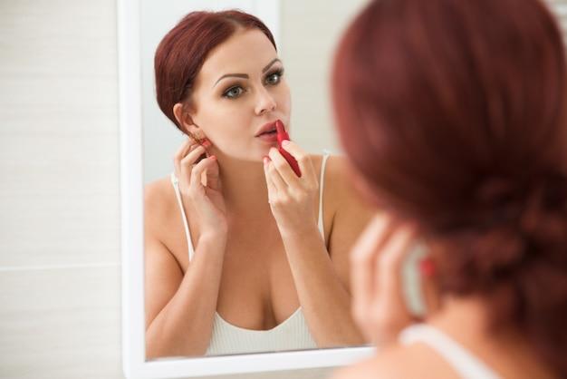 Femme pensive, appliquer, rouges lèvres, devant, miroir