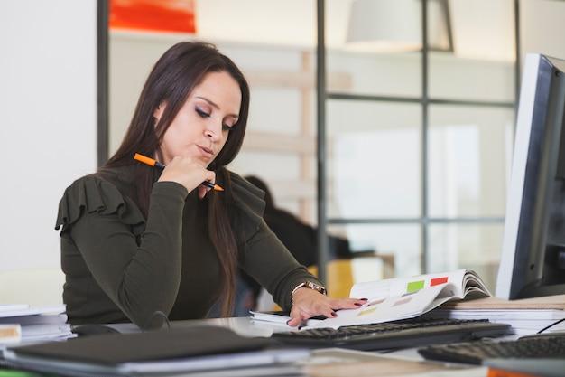 Femme pensive au bureau