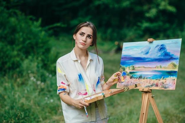 Femme pensive avec une boîte de peintures