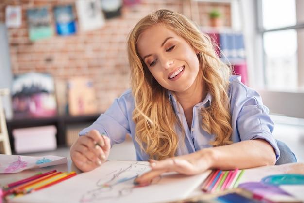 Femme pensive finissant son travail