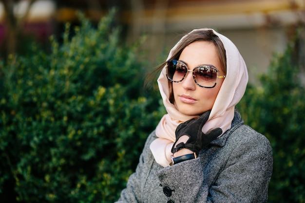 Femme pensive avec un foulard autour de sa tête