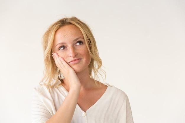 Femme pensive avec la main sur la joue