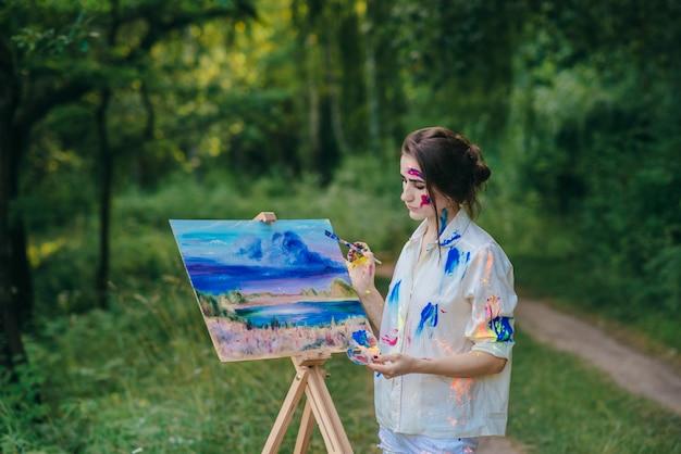 Femme pensive avec une photo à ses côtés