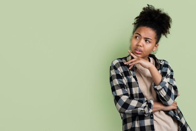 Femme pensive posant avec espace de copie