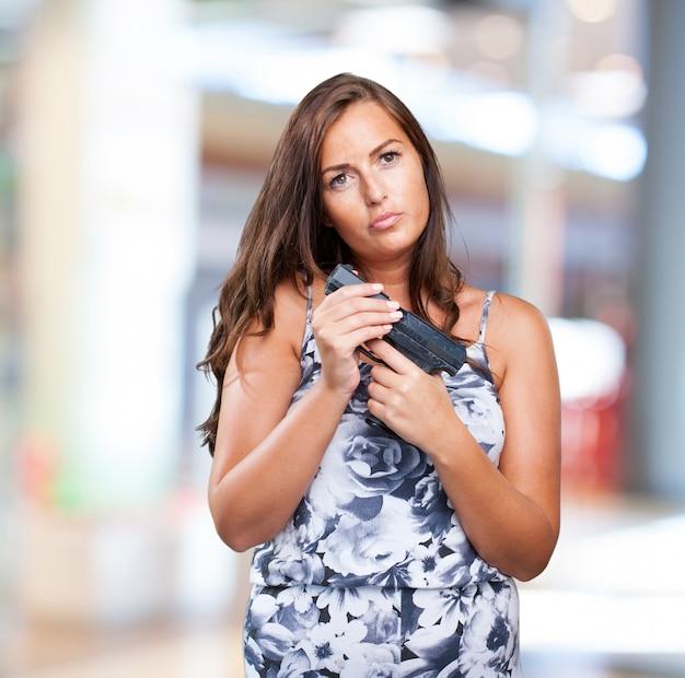 Femme pensive tenant un fusil