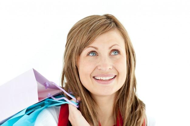 Femme pensive tenant des sacs à provisions