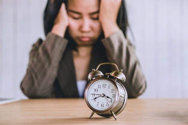 Femme perdant son temps à attendre quelqu'un en retard