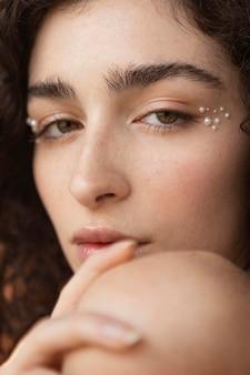 Femme avec des perles composent