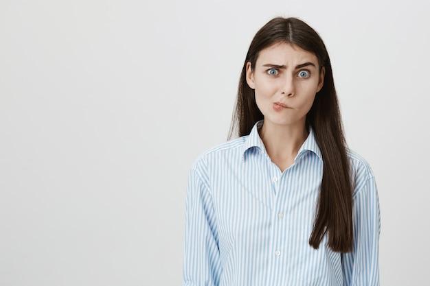 Femme perplexe douteuse regarde hésitant
