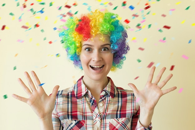 Femme en perruque colorée célébrant la journée des imbéciles, concept du 1er avril