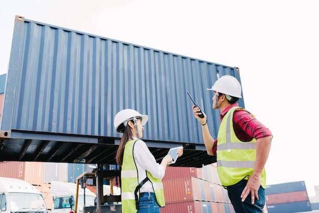 Femme de personnel contremaître asiatique vérifiant boîte de conteneur pour la logistique