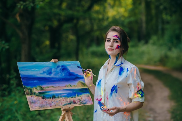 Femme avec perte regard tenant un pinceau
