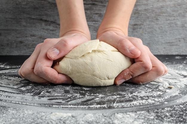 La femme pèse la pâte