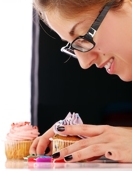 Femme et petit gâteau