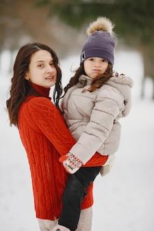 Femme et petite fille dans un parc