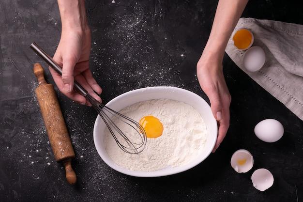 Femme pétrir la pâte sur un tableau noir