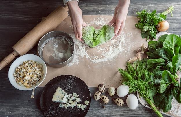Femme pétrit la pâte pour les raviolis