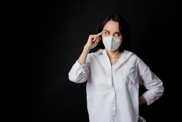Femme peur d'attraper un froid, adulte portant un masque anti-poussière, pm 2,5 poussière