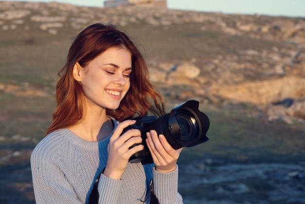 Femme photographe avec appareil photo dans la nature professionnelle