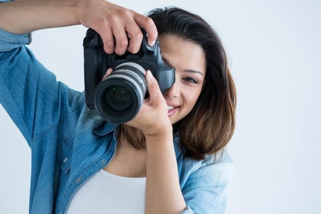 Femme photographe avec appareil photo numérique