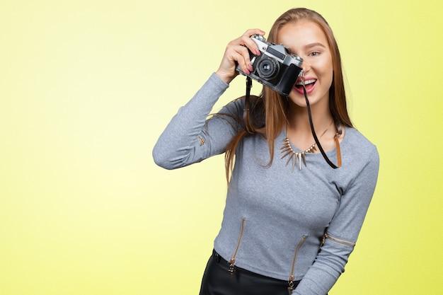 Femme photographe avec appareil photo