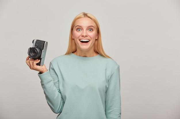 Femme photographe incroyablement agréablement surprise qu'en face d'elle, quelle vue elle a trouvée