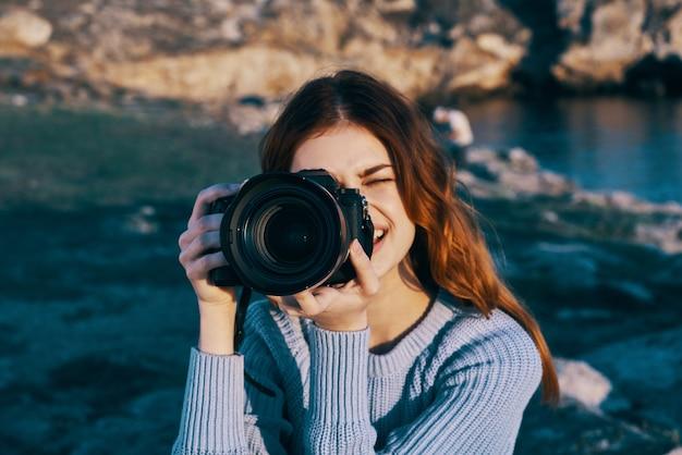 Femme photographe nature montagnes rocheuses voyage vacances air frais