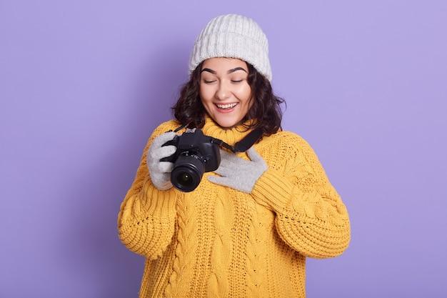 Femme photographe prend des images avec appareil photo