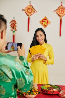 Femme photographiant à la célébration du nouvel an lunaire