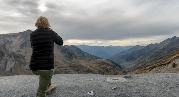 Femme photographiée au col du tourmalet dans les pyrénées
